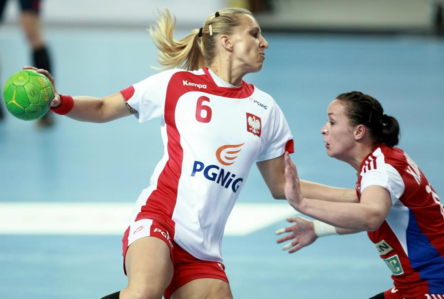 Polski Karolina Siódmiak (L) i Yuliya Kucerova (P) ze Słowacji podczas meczu eliminacji do mistrzostw Europy w piłce ręcznej kobiet