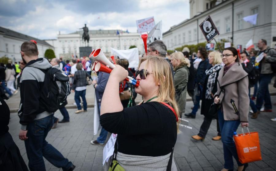 Demonstracja frankowiczów przed Pałacem Prezydenckim
