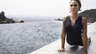 Jessica Alba na planie filmu promocyjnego depilatora Braun Silk-épil 9 SkinSpa
