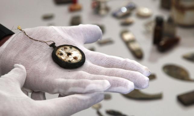 Niezwykłe znalezisko. Przedmioty ofiar Auschwitz odkopane przy krematorium [ZOBACZ ZDJĘCIA]