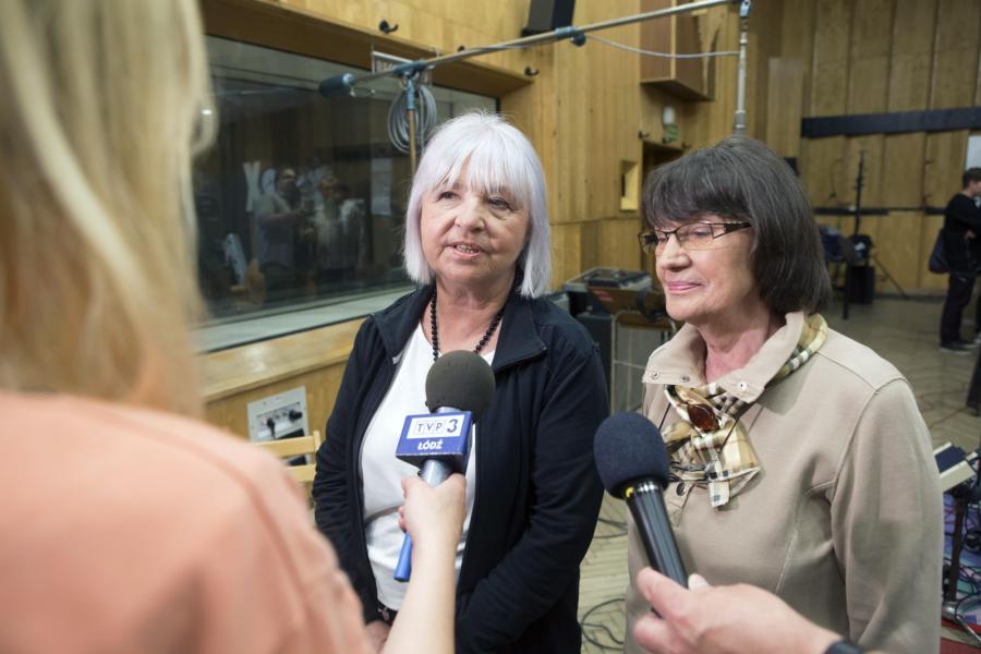 Krystyna Grochowska i Sylwia Krajewska z zespołu Alibabki rozmawiają z dziennikarką podczas nagrywania nowej płyty