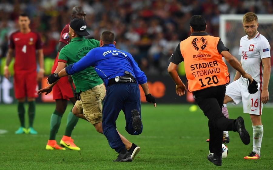 Portugalczycy nie potrafili usiedzieć na miejscu. Wbiegli na boisko. Na szczęście nie... nago