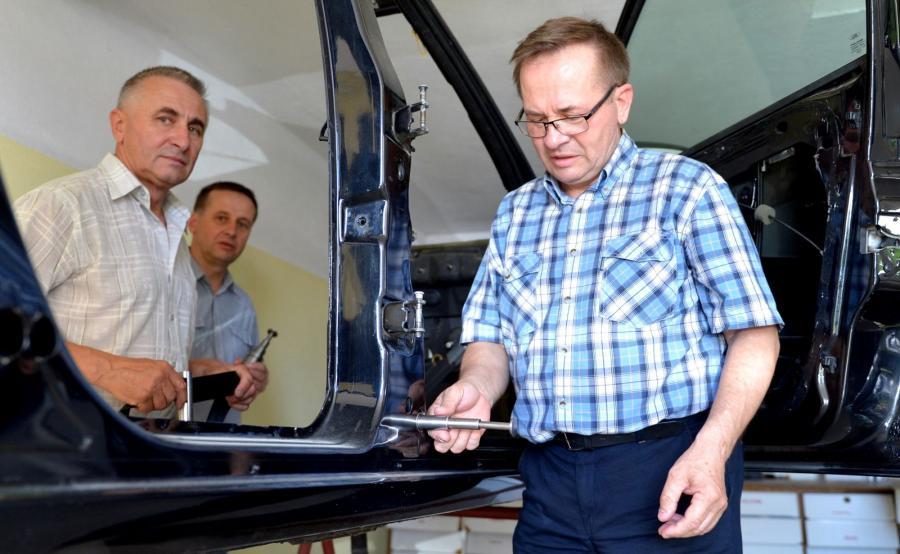 Bracia Janusz, Wiesław i Zygmunt Nowak zaprezentowali wymyślone przez siebie pirotechniczne siłowniki teleskopowe do awaryjnego otwierania drzwi auta