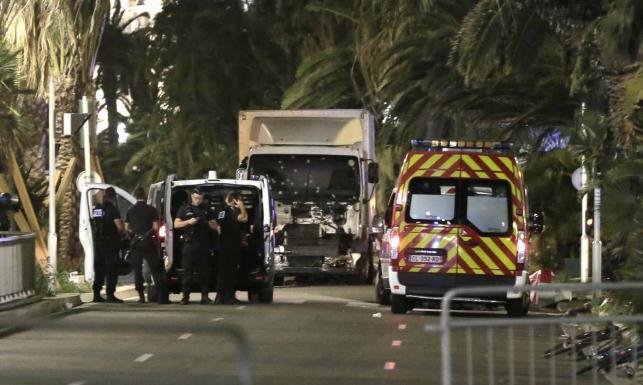 Atak terrorystyczny w Nicei. Zamachowiec wjechał w tłum ciężarówką [ZDJĘCIA]