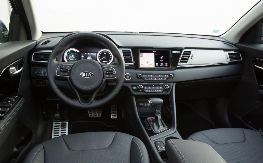 Plus za umieszczenie monitora i nowych zegarów w jednej linii, dzięki temu kierowca nie musi błądzić w poszukiwaniu danych