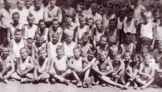"""Chłopcy z warszawskich transportów skierowani do Auschwitz z rodzinami po wybuchu powstania w sierpniu 1944 r. 18.1.1945 r. chłopcy ewakuowani byli z Birkenau do Mauthausen pieszym  """"marszem śmierci"""". Zdjęcie wykonane latem 1945 r.  na terenie byłych Koszarsk SS w Regensburgu, gdzie ich zgrupowano po wyzwoleniu. Źródło: APMA-B"""