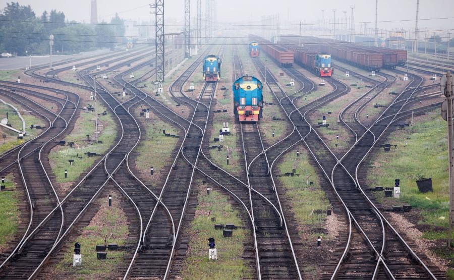 Dworzec kolejowy i tory we mgle