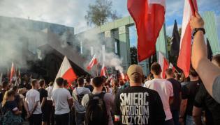 Uczestnicy marszu zorganizowanego przez ONR w Warszawie w 72. rocznicę wybuchu powstania warszawskiego
