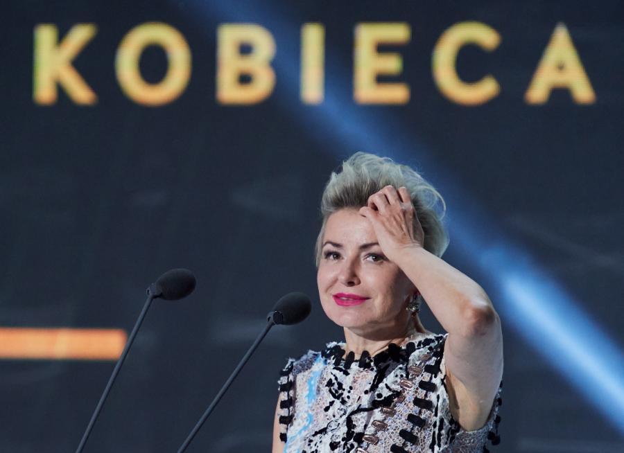 Zaskoczona Aleksandra Konieczna odbiera nagrodę dla najlepszej aktorki podczas festiwalu w Gdyni