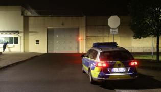 Radiowóz przed aresztem śledczym w Lipsku