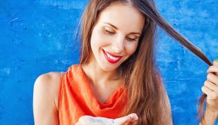 Kobieta używająca suchego szamponu
