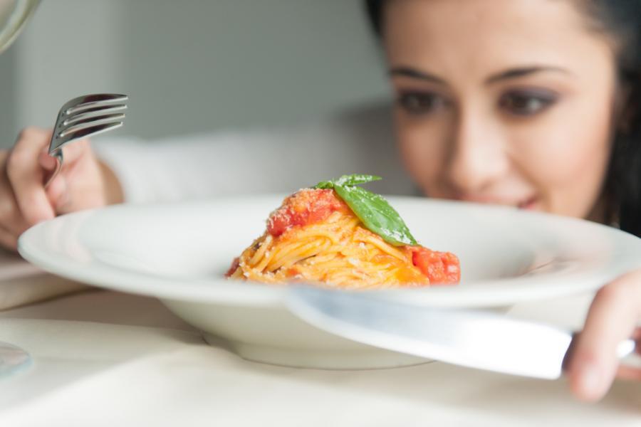 Kobieta patrzy na talerz z daniem