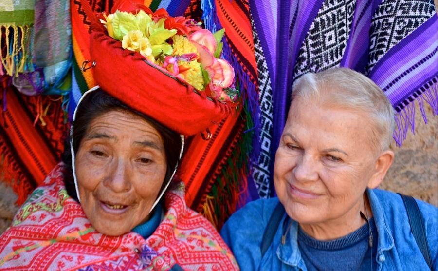 Elżbieta Dzikowska w Peru z indianką Keczua