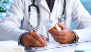 Lekarz sprawdza lekarstwo