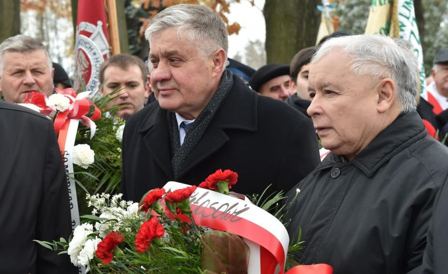Prezes PiS Jarosław Kaczyński i minister rolnictwa Krzysztof Jurgiel składają kwiaty na grobie Wincentego Witosa w małopolskich Wierzchosławicach