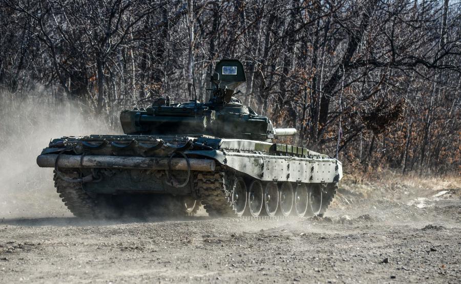 Rosyjski czołg w lesie