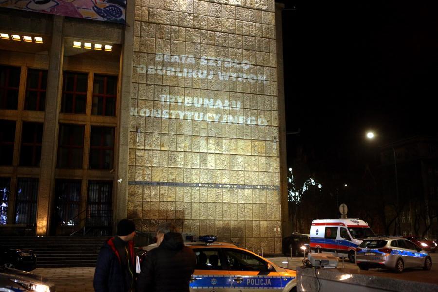 """Przedstawiciele KOD wyświetlają na gmachu Muzeum Narodowego hasła odnoszące się do sytuacji w Polsce. W tym czasie w Muzeum Narodowym premier Beata Szydło oraz premier Węgier Viktor Orban zwiedzają wystawę malarstwa """"Złoty wiek malarstwa węgierskiego"""""""