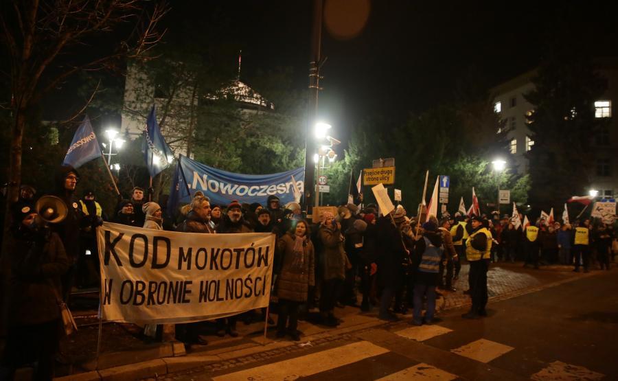 Przed Sejmem przeciwko ograniczeniu praw dziennikarzy do relacjonowania obrad parlamentu protestuje Komitet Obrony Demokracji