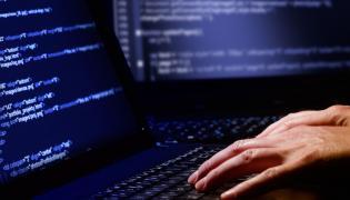 Haker przy komputerze