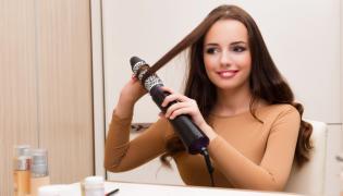 Kobieta układa włosy