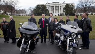 Donald Trump przed Białym Domem z szefostwem firmy Harley-Davidson