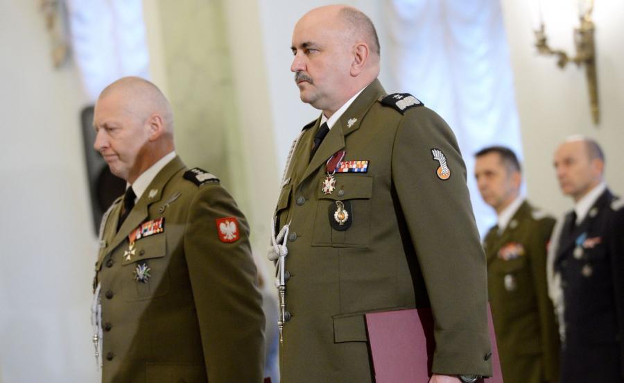 Nowo mianowany Dowódca Generalny Rodzajów Sił Zbrojnych generał dywizji Jarosław Mika (P) oraz ustępujący DGRSZ gen. dyw. Mirosław Różański (L)