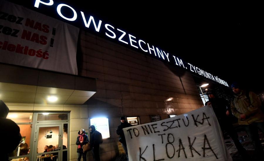 Pikieta pod Teatrem Powszechnym w Warszawie