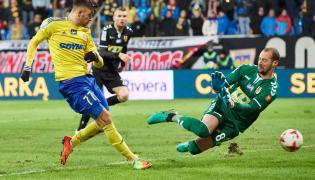 Zawodnik Arki Gdynia Dariusz Formella (L) strzela bramkę pokonując bramkarza Korony Kielce Milana Borjana