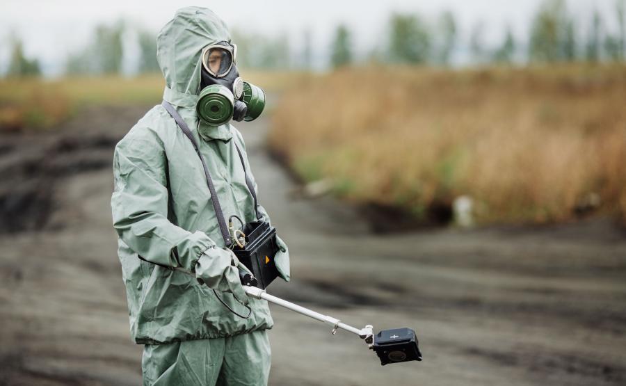Naukowiec sprawdza stężenie radioaktywnych substancji